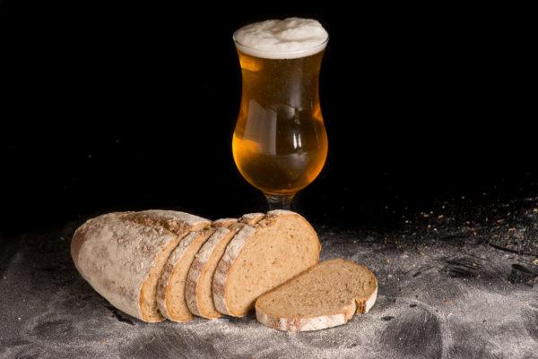 Bierbrot Aufgeschnitten Scheiben mit Bier