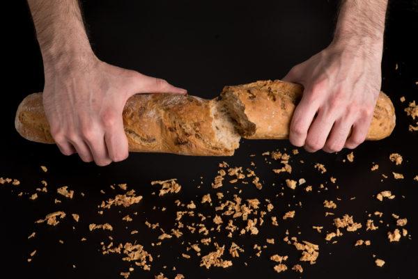 Brotfranzos mit Röstzwiebel Aufgerissen