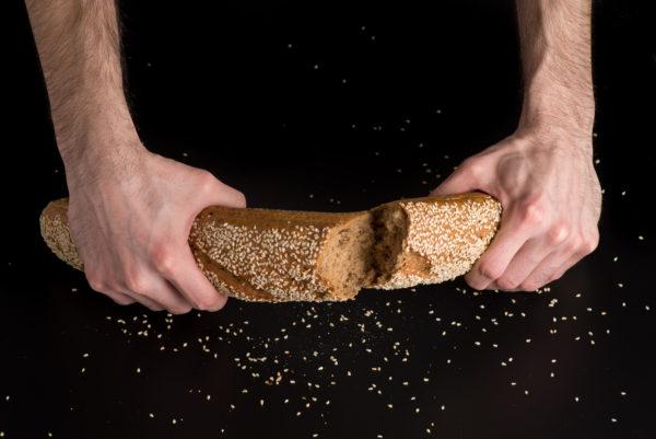 Brotfranzos mit Sesam Aufgerissen
